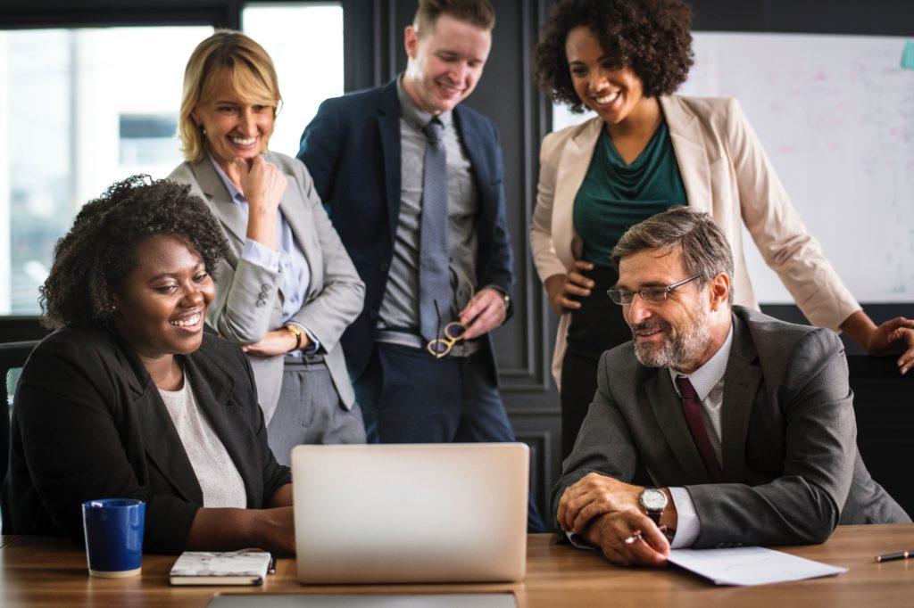Executivos olhando para a transformação digital pelo notebook